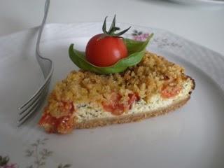 Torta alla crema di basilico con pomori e crumble di mandorle