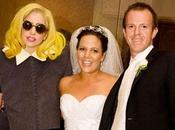 Lady GaGa posa coppia sposi