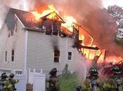 fuoco alla casa tentando uccidere zanzara