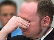 Breivik aula piange alza pugno nazista