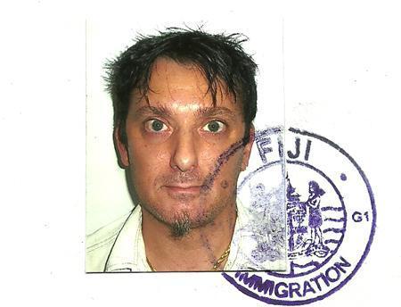 Una bruttissima foto di Ivan sul suo certificato di cittadinanza Fijiana