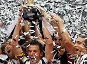 Serie Juventus Atalanta Capitan Piero alza coppa dello Scudetto. Festa Torino. Video