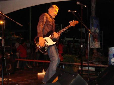 Il bassita dei Kevin Borich Express al Fiji International Jazz and Blues Festival 2012