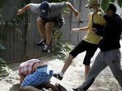 Teppisti omofobi picchiano Svyatoslav Sheremet, capo Gay-Forum dell'Ucraina, Kiev. Aggredito dopo aver detto media prima parata nella capitale ucraina Kiev stata annullata problemi sicurezza