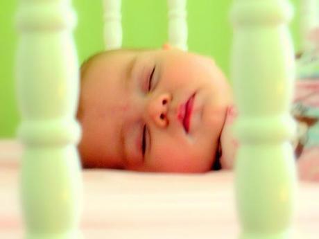 Aiutare il bambino a dormire nel proprio lettino: creare un lettone in miniatura