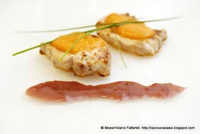 Tournedos di filetto di maiale con riduzione di Negroni e salsa di peperoni essiccati e pecorino