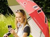 Vodafone lancia Booster Brolly: molto semplice ombrello, ricarica cellulare potenzia segnale.