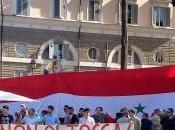 Scendono piazza italiani Assad