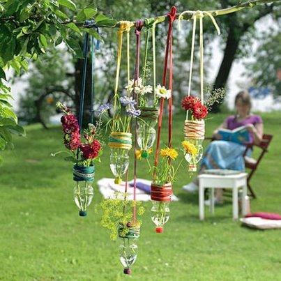 vasi sospesi per fiori fatti con bottiglie di plastica