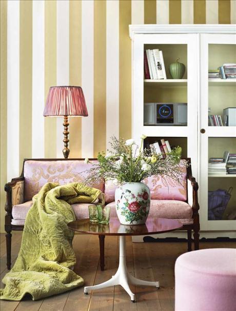 ... scenografia a righe su contrasto; lelemnto in più: il colore rosa