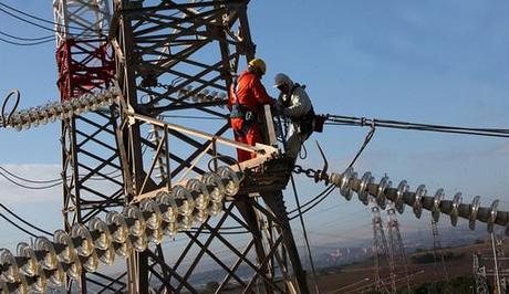Terna alta tensione in bici a pi di 25 metri d 39 altezza per mettere in sicurezza i cavi paperblog - Spostamento cavi telecom dalla facciata di casa ...