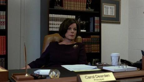 una immagine di Marcia Gay Harden Preside Carol Dearden1 620x353 su Detachment: Quei Luoghi Oscuri Dove Comincia il Nostro Distacco