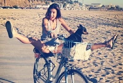 Elisabetta Canalis in bici a Los Angeles...very sexy!