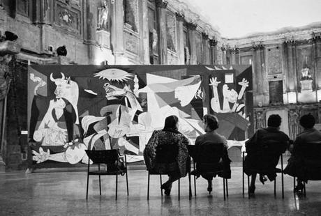 una immagine di Visitatori alla mostra di Picasso del 1953 a Palazzo Reale 620x419 su Picasso a Palazzo Reale: Capolavori in Mostra