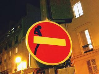 Adesivi per cartelli stradali la street art di clet - Art 79 codice della strada pneumatici diversi ...