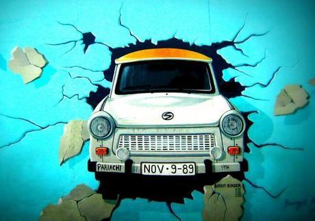 Murales di una Trabant contro il muro di Berlino