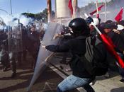 Governo Monti sotto assedio contestazioni, crollo della fiducia manovre politiche