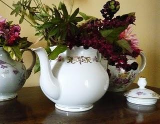 Decorazione floreale con vecchie teiere paperblog for Decorazione floreale