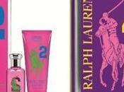 Regali Natale Ralph Lauren presenta nuovi cofanetti Pony Fragrance Collection, giovane colorato