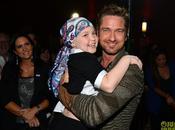 Gerard Butler visita all'ospedale Angeles posa piccoli malati cancro