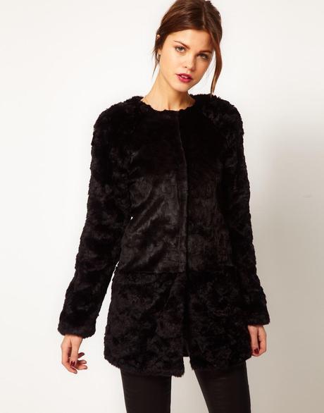 Брендовое пальто без воротника Warehouse изготовлено из очень мягкого искусственного меха с длинным ворсом