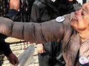 Egitto, religioso rimprovera donna perché porta velo tira scarpa
