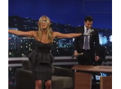Jennifer Aniston entra studio Jimmy Kimmel distrugge scrivania (video)