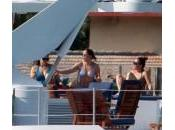 Jennifer Lopez sullo yacht Miami insieme alle amiche: foto