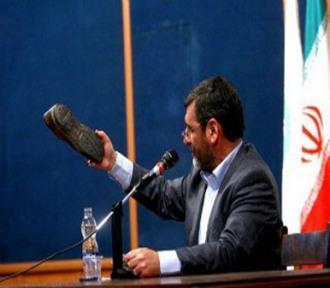 scarpa addosso ad ahmadinejad in Egitto