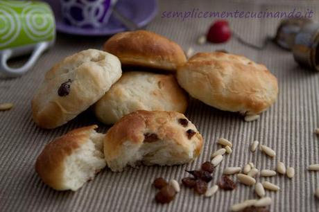 Panini dolci con uva passa e pinoli o maritozzi