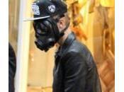 Justin Bieber fugge paparazzi indossando maschera antigas
