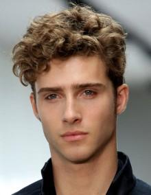 Taglio capelli corti viso ovale uomo