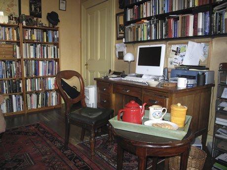 La writing room di Ciaran Carson. [FONTE: The Guardian]