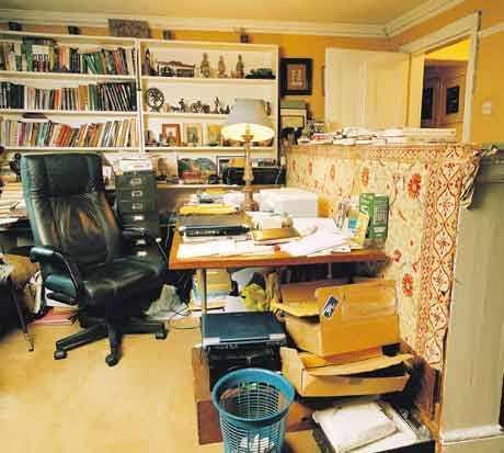 La writing room di Nicholas Mosley. Questo tizio è disordinato *quasi* quanto me :)[FONTE: The Guardian]