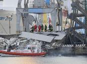 Genova schianta nave cargo contro torre controllo causando morte uomini