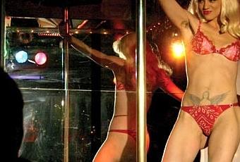 Una prostituta dietro il palazzo a famagosta