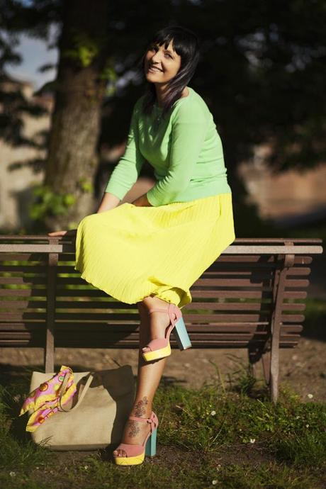 Smilingischic, fashion blog, Ladrèe colors, macarons style. verde lime, mura di Lucca. outfit,  panchina,