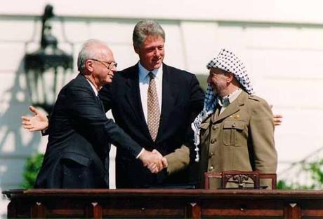 Yitzhak Rabin e Yasser Arafat, con Bill Clinton alla cerimonia per la firma degli accordi di Oslo, 13 settembre 1993