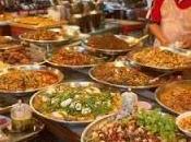 vende frutta, ripara scarpe. Thailandia siamo tutti parenti.