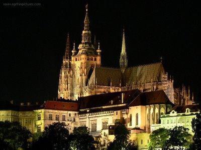 Praga la città magica splendida da visitare sotto la neve