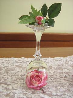 Centrotavola con bicchieri e fiori paperblog - Centrotavola natalizi con fiori finti ...