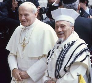 Giovanni Paolo II col rabbino Elio Toaff sinagoga di Roma 1976 www. intelligonews I papi e la guerra
