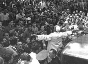 Pio XII a san lorenzo 300x219 I papi e la guerra