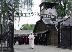 Benedetto XVI ad Auschwitz www.webalice.it  300x217 I papi e la guerra