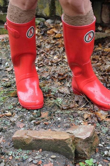 IndianSavage Margaret Dallospedale Red Rainboots Trench Rainy day 7