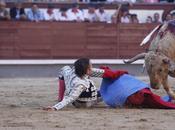 Toro trafigge alla gola matador durante corrida (Avviso agli utenti: IMMAGINI FORTI)