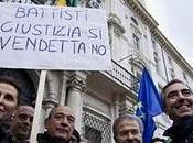 contradanza anti-Battisti Piazza Navona. brasiliani ridono ancora