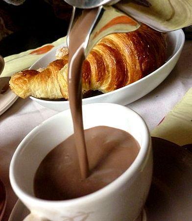 cioccolato caldo e croissant
