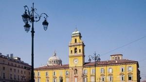 La Lega Nord attacca il sindaco di Parma Pizzarotti per la decisione di concedere gratuitamente terreni comunali alla comunità islamica per la moschea.