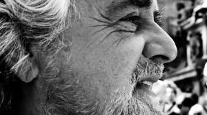 Beppe Grillo incontra i deputati del Movimento Cinque Stelle e preme per una proposta sul reddito di cittadinanza.